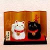 Композиция «Черная и белая кошки» на подставке с ширмой