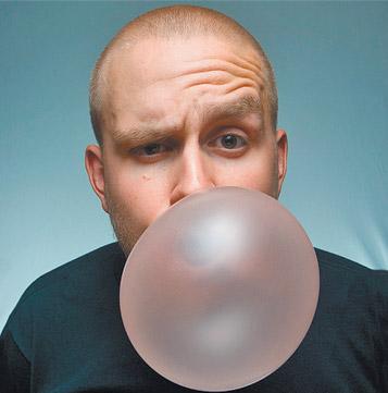 надуть пузырь из жвачки фото
