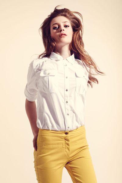 Как девушке носить мужскую рубашку 7