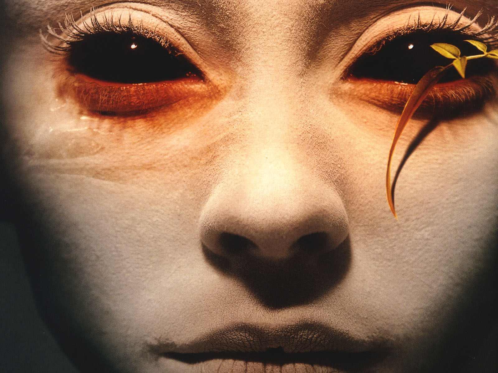 Как делать черные глаза на