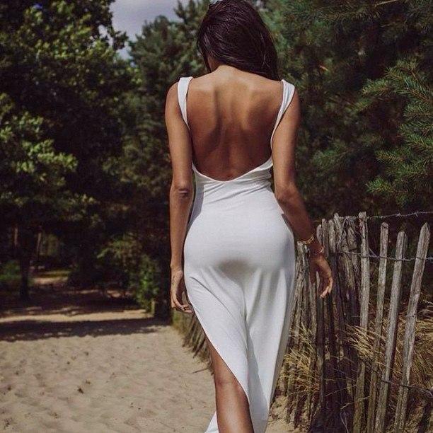 Женщины в платьях спиной