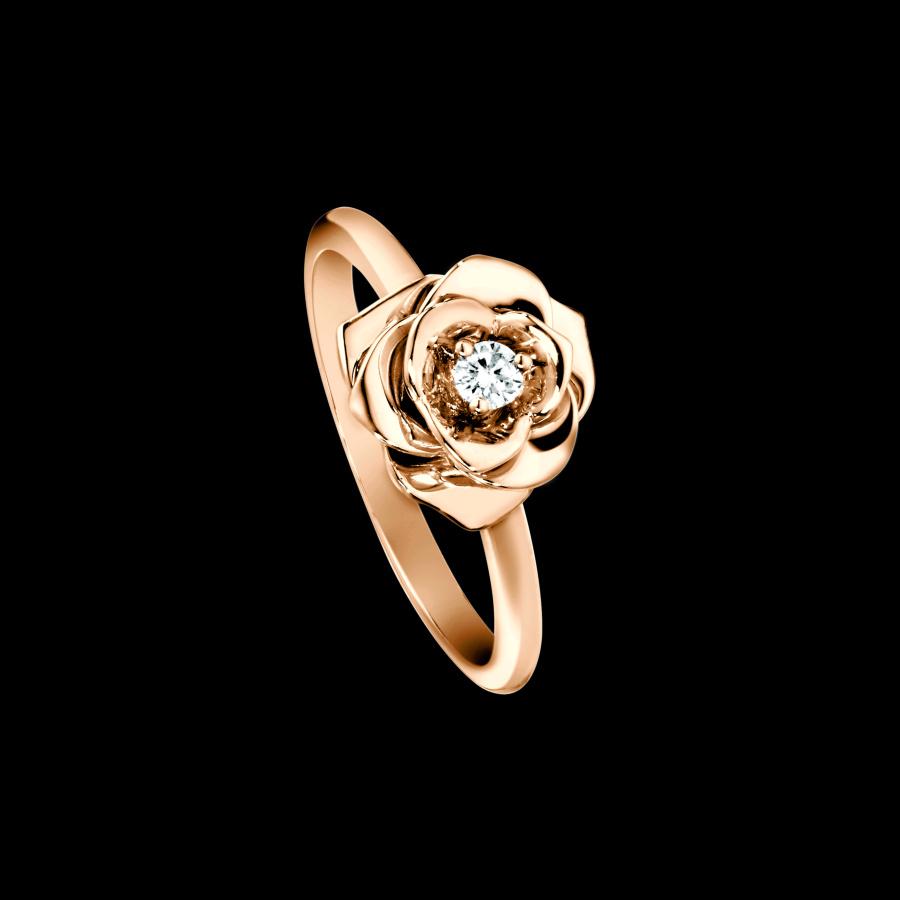 Кольцо с бриллиантом и цветы